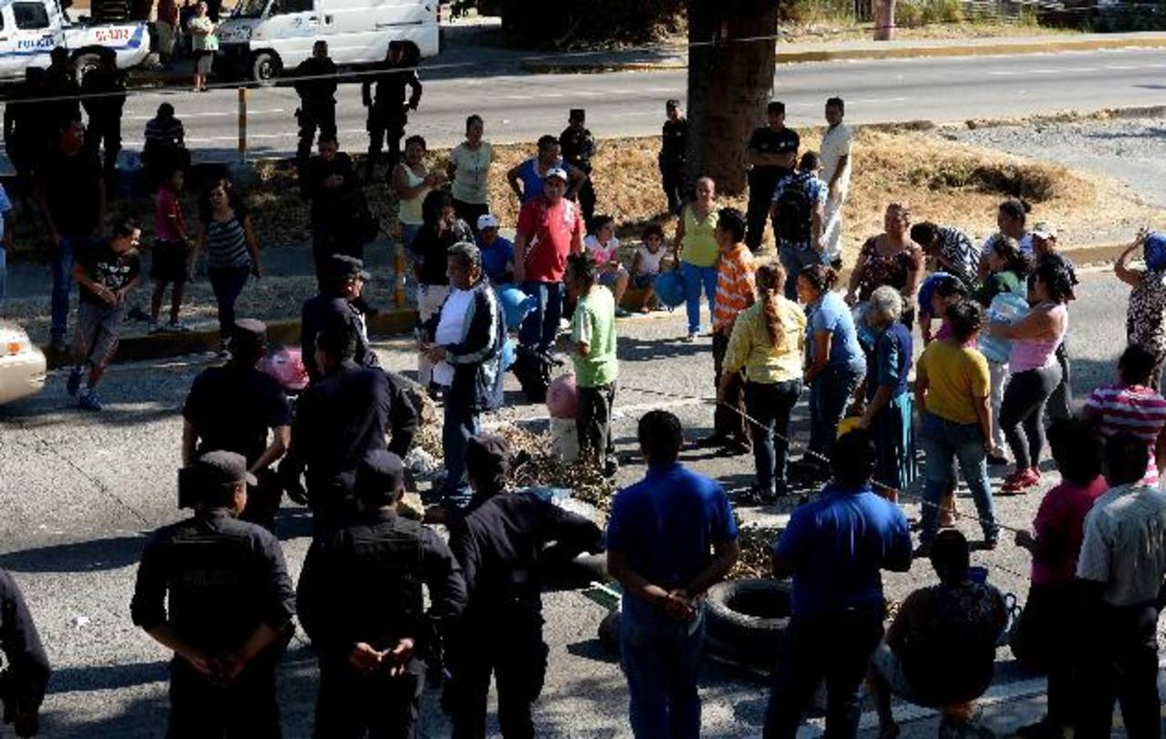 Agentes de la PNC dialogaron con los manifestantes para que permitieran el tráfico vehicular. foto edh / MARLON HERNÁNDEZ