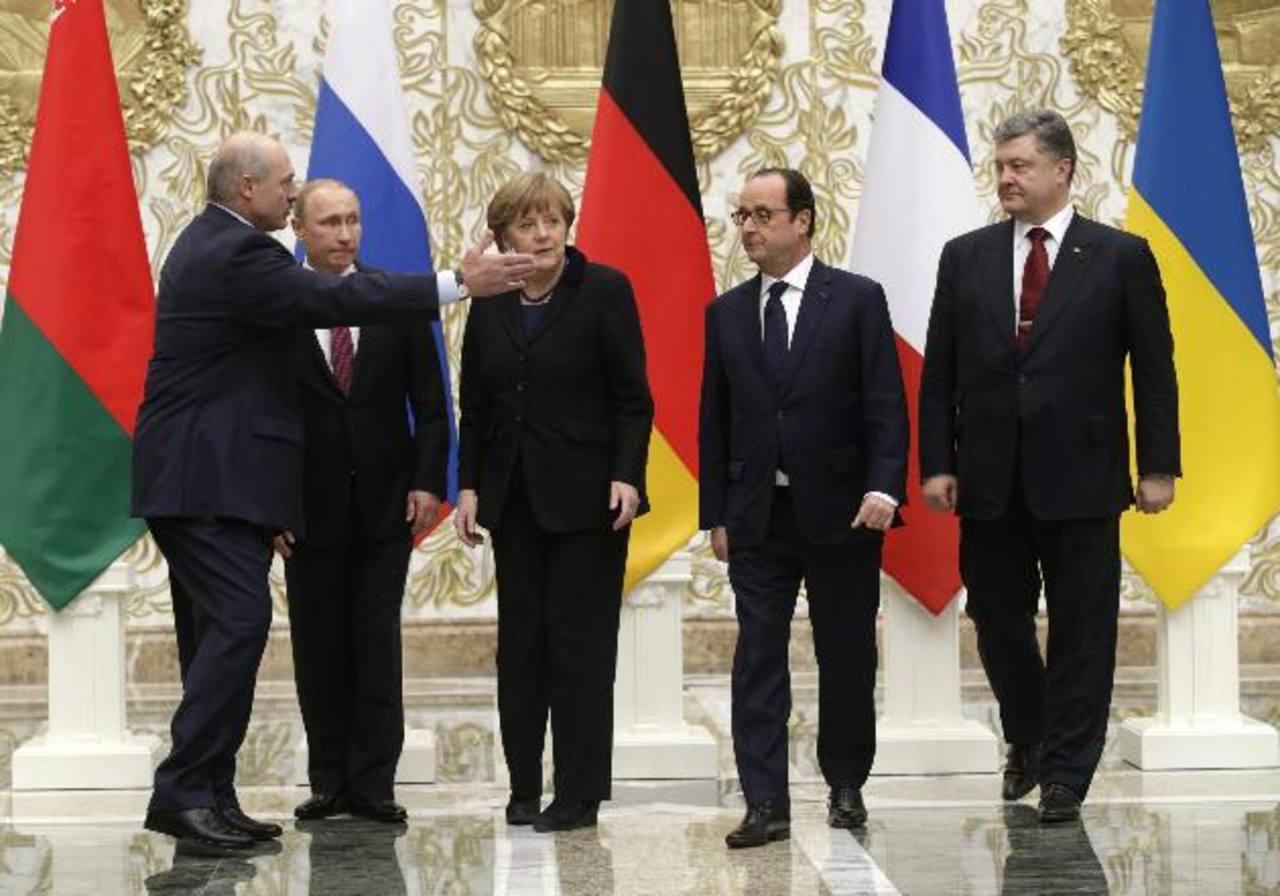 Los gobernantes: de Bielorrusia, Alexánder Lukashenko (i.), el ruso, Vladimir Putin (2-i.), la canciller alemana, Angela Merkel (c.), el francés, François Hollande (2-d.), y el ucraniano, Petró Poroshenko (d). foto edh / efe