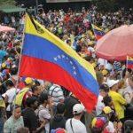 Chavistas y opositores marchan en el aniversario del inicio de las protestas