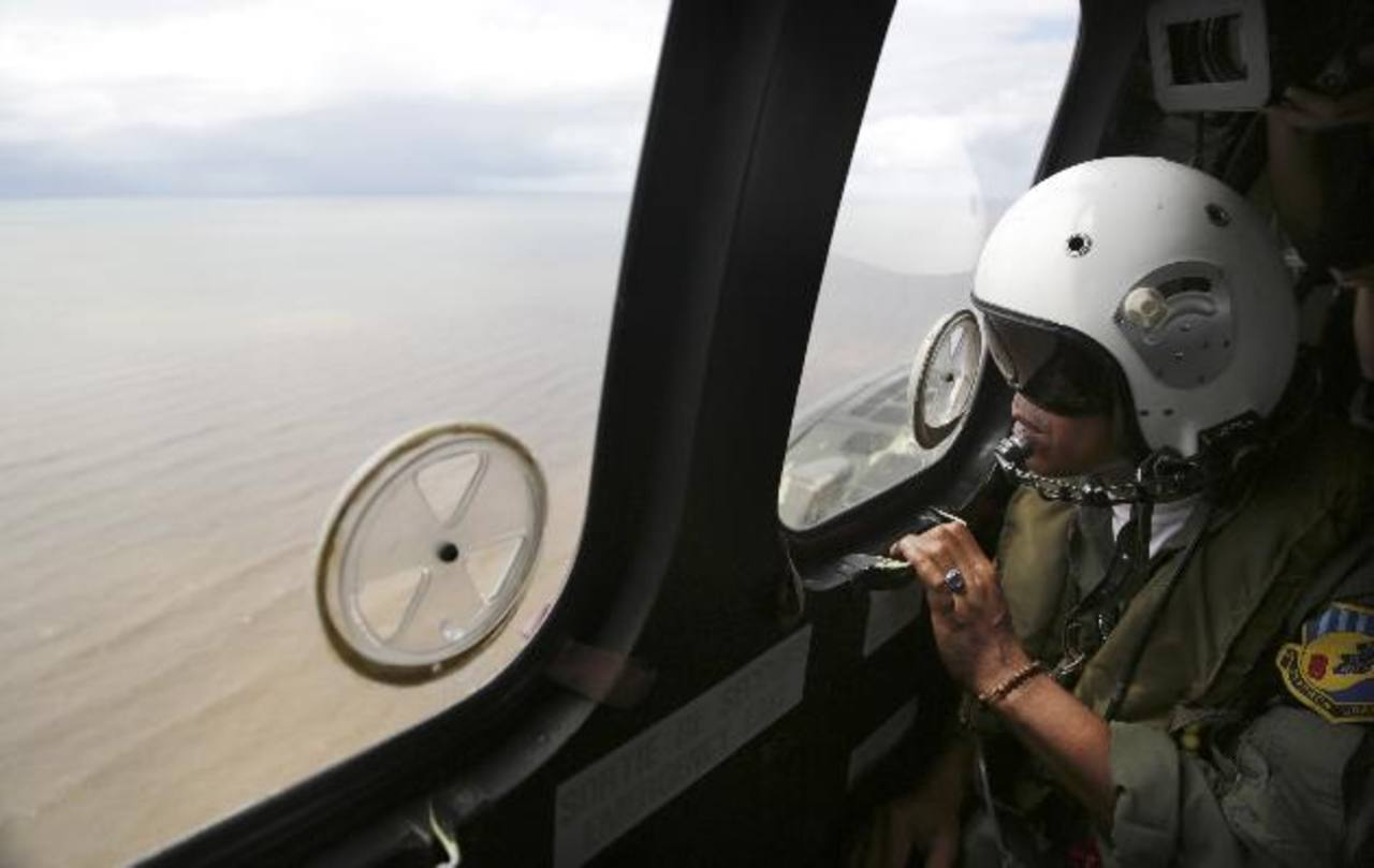 Fuerte corriente evita acceso a los restos del avión de AirAsia estrellado