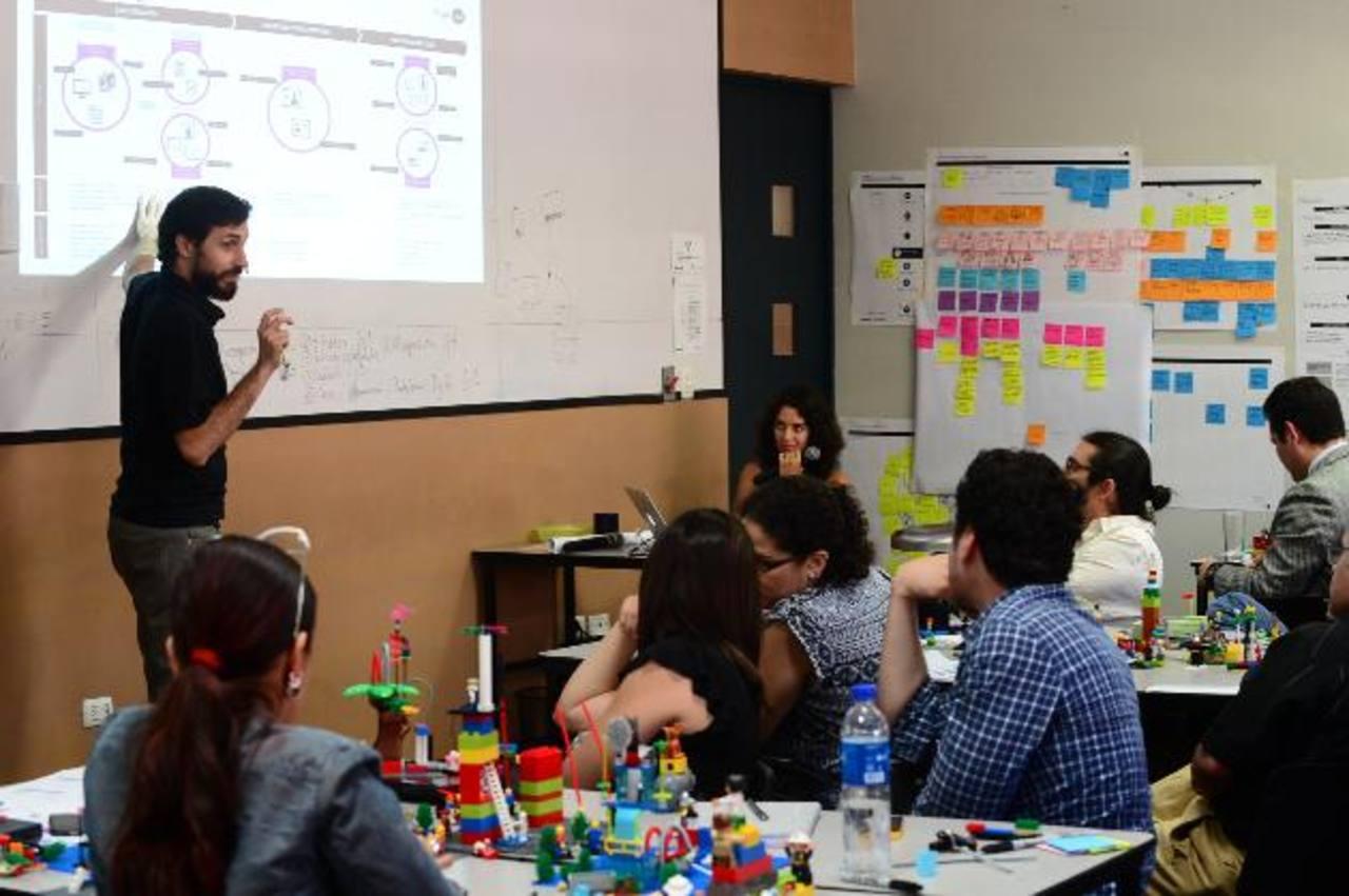 Felipe Montegu compartió sus conocimientos a todos los docentes de la Escuela de Comunicaciones. Fotos EDH / Miguel Villalta