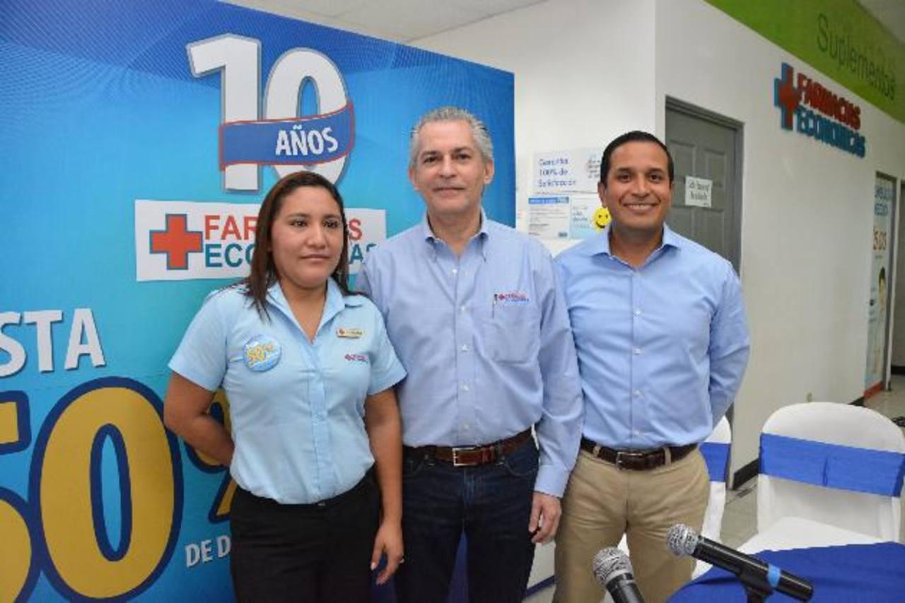 Miguel Lacayo (al centro), presidente del grupo, en el anuncio de las promociones de aniversario. foto edh / David Rezzio.