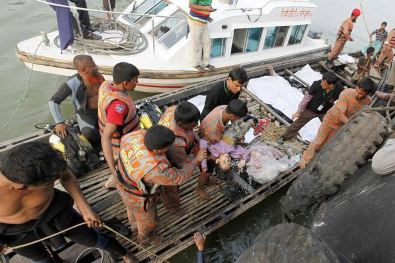 Al menos 13 personas, entre ellas una niña, murieron tras el naufragio de un barco de pasajeros en Bangladesh.
