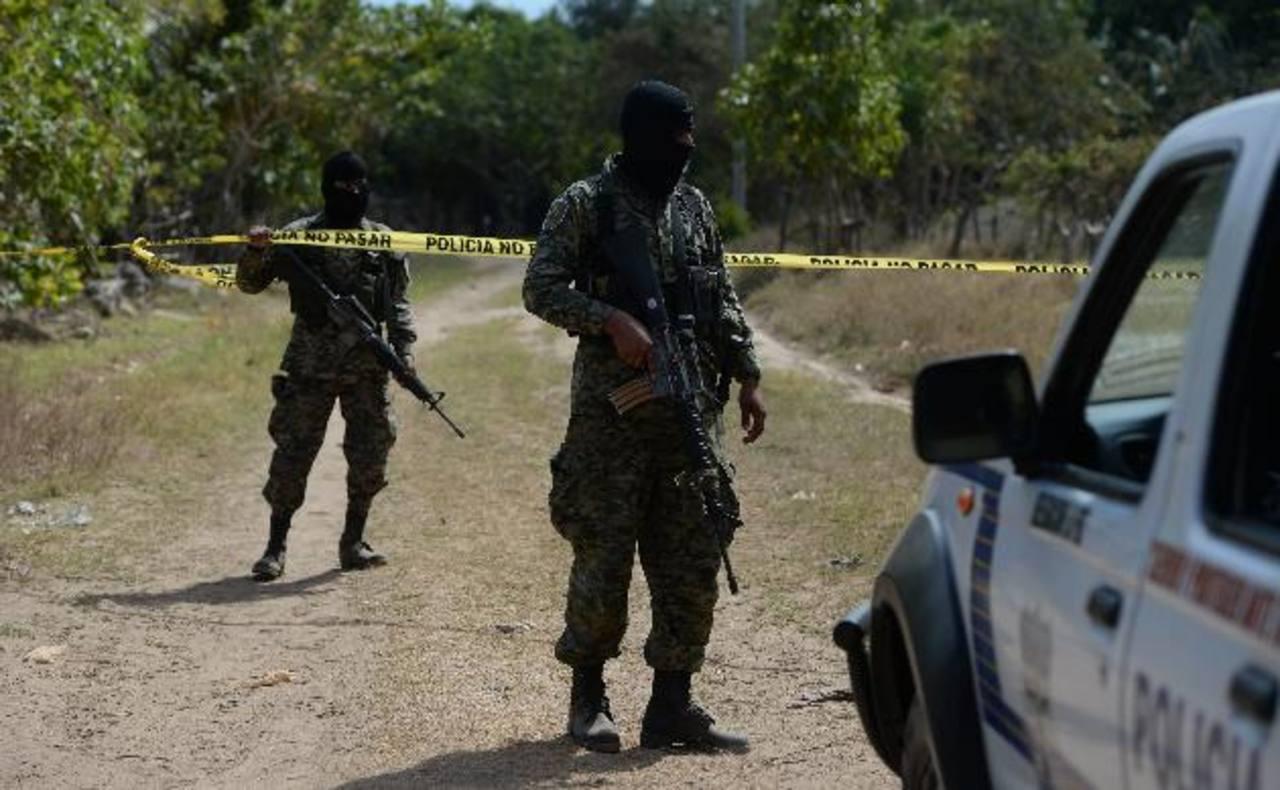 Militares custodian la zona donde pereció un delincuente, en Zacatecoluca. Foto EDH /Jaime Anaya