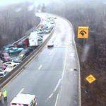 En esta imagen del departamento de Transportes de Pensilvania vía Fox TV muestra un choque múltiple de más de 20 autos en la Interestatal 76 en Filadelfia.