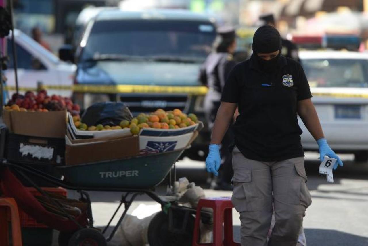 Samuel R., alías Cadejo, fue asesinado ayer en el centro de San Salvador. La policía dijo que era miembro de maras, sospechoso de asesinar a vigilantes privados. Foto EDH / Jaime Anaya
