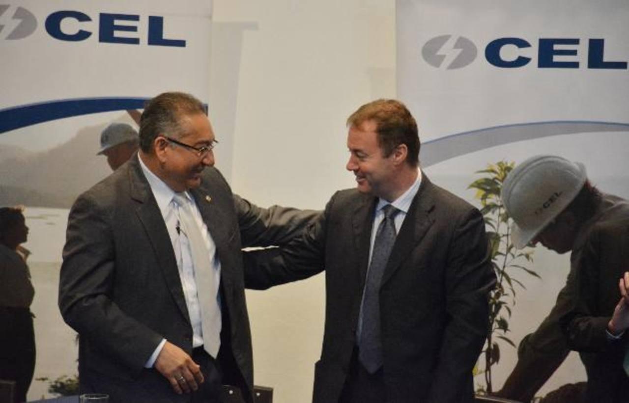El presidente de CEL, David López Villafuerte y Maurizio Bezzecceri, representante de Enel, celebran el fin del litigio. foto edh