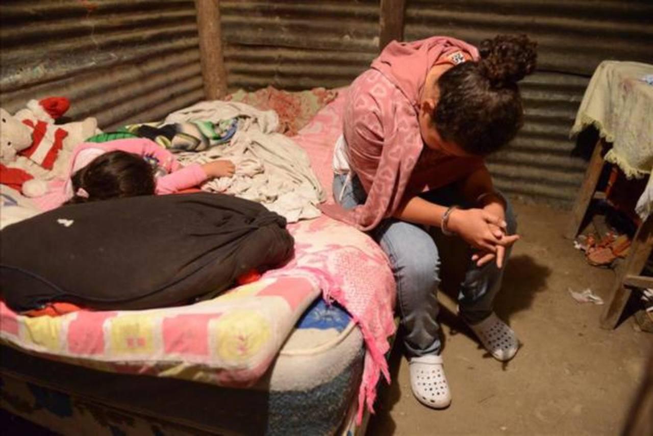 Niña de 4 años duerme mientras capturan a su madre