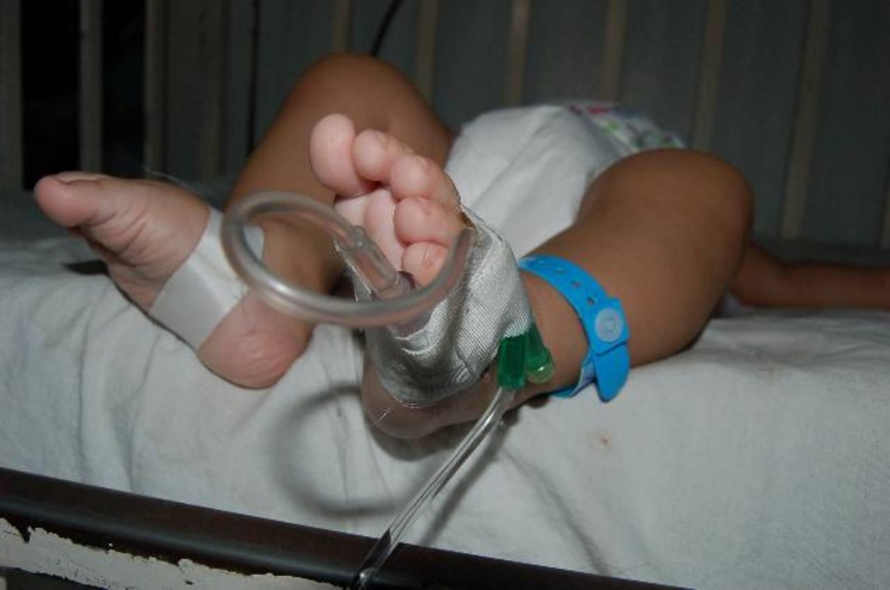 Un bebé con síntomas de rotavirus permanece con suero para rehidratarlo. foto edh / archivo