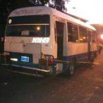 Escena de ataque a microbús deja tres lesionados. /