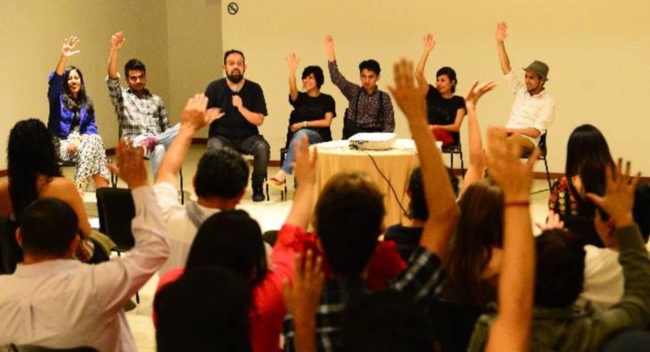 Los asistentes a la inauguración del festival se involucraron con un dinámica del artista Pancho López. foto EDH /René Estrada