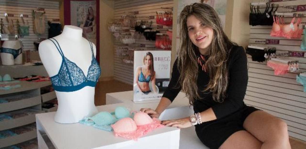 La diseñadora Kathy Siegert junto a algunos de sus diseños de lencería.