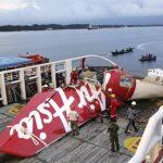 Parte del avión de AirAsia recuperada por uno de los equipos de rescate ayer. foto edh / ap