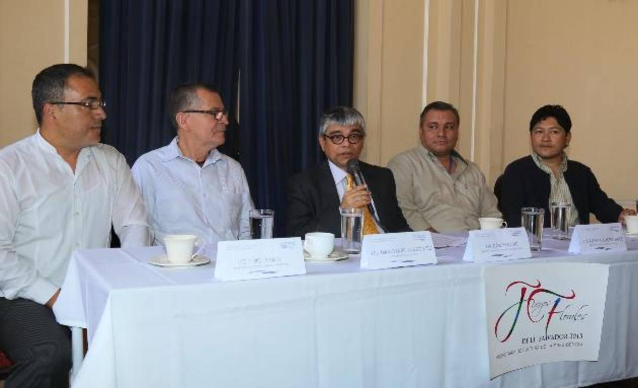 Ramón Rivas, Secretario de Cultura y representantes de esa Secretaría de Cultura (Secultura) exponen las bases de competencia para los Juegos Florales de este año. foto EDH / Cortesía