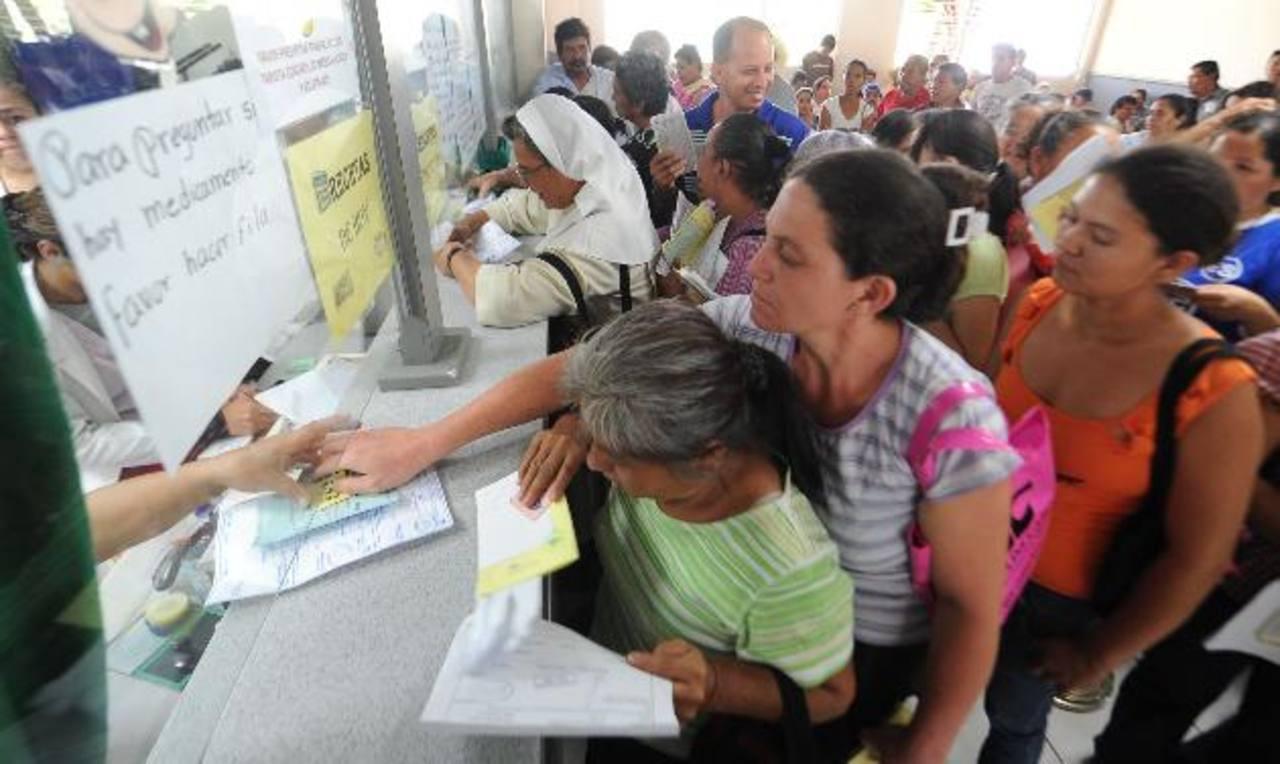 Decenas de pacientes esperan que les entreguen los medicamentos en el hospital Rosales. Foto EDH/Mauricio Cáceres