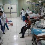 Paciente en el suelo por falta de camas en Hospital Rosales