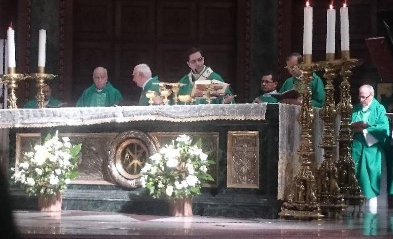 En misa especial, obispos y capitalinos celebraron ayer en Catedral la declaratoria de mártir de monseñor Óscar Arnulfo Romero por parte del Vaticano. foto edh