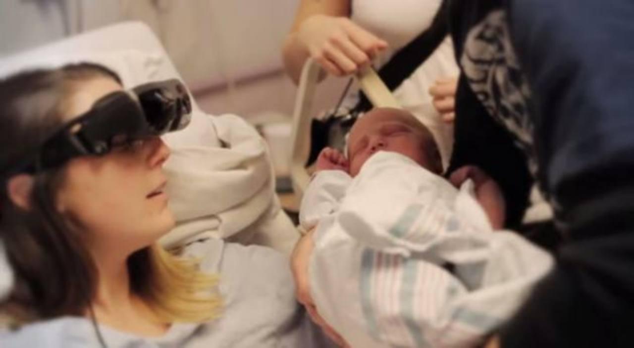VIDEO: Madre ciega ve a su bebé por primera vez con lentes electrónicos