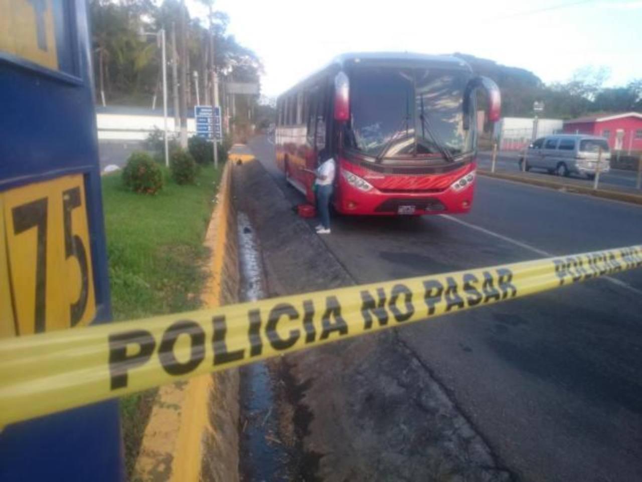 Escena de doble homicidio al interior de autobús en San Miguel. /