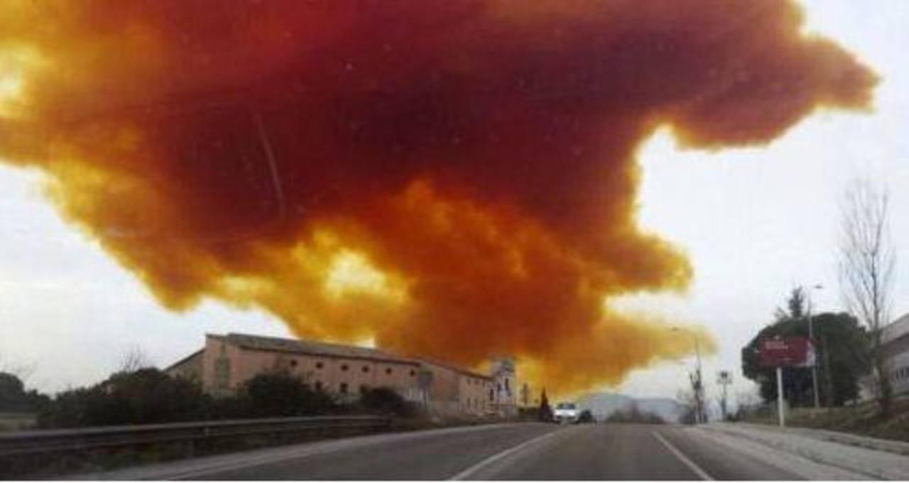 VIDEO: Nube tóxica envuelve 2 pueblos en España tras una explosión