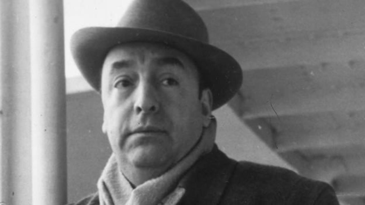 Ordenan devolver restos de Neruda, exhumados para determinar causa de muerte