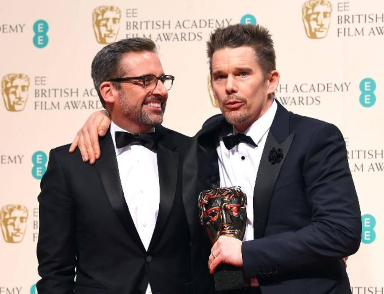 Ethan Hawke (i) recibió el premio del director Linklater.