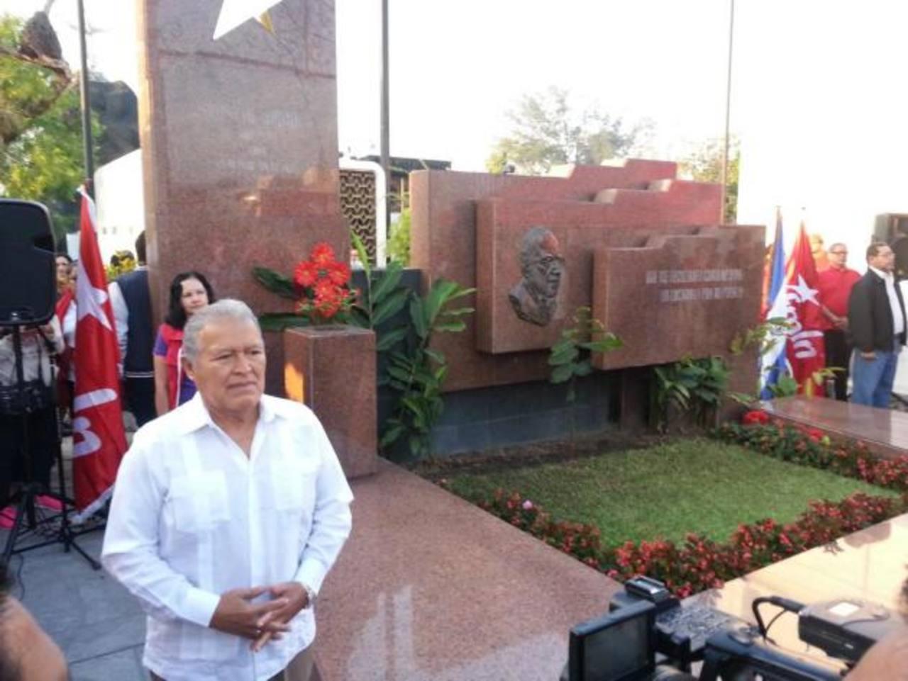 Sánchez Cerén vuelve al país y hace guardia de honor en tumba de Schafik Hándal