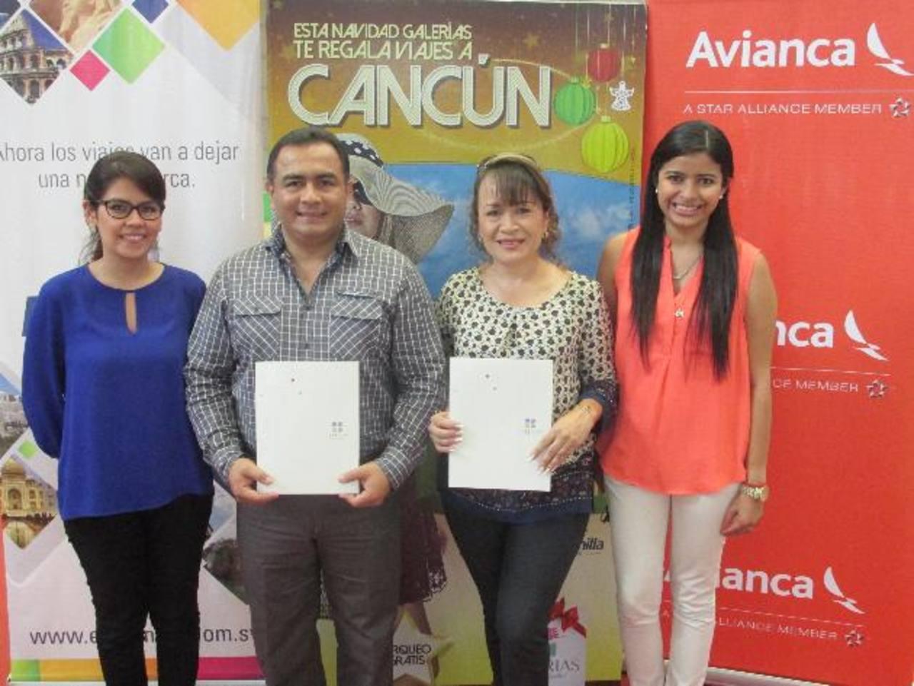 Miguel Ávila y Marlene Zarsol, ganadores de los viajes a Cancún. Foto edh/ Cortesía