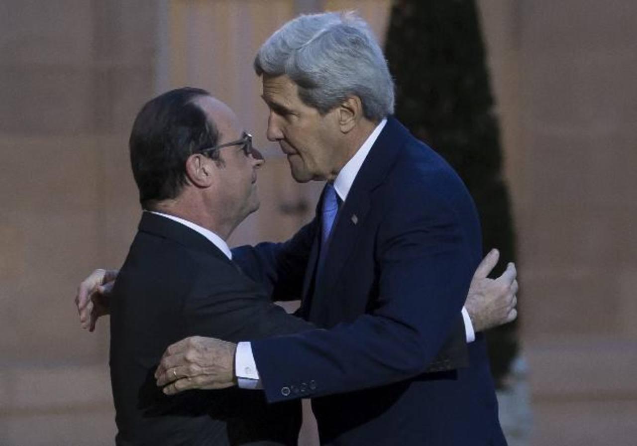 El secretario de Estado de EE. UU., John Kerry (der.), abraza al presidente francés, François Hollande, al abandonar el Palacio del Elíseo tras una reunión ayer en París (Francia). El alto funcionario estadounidense acudió ayer al supermercado judío,