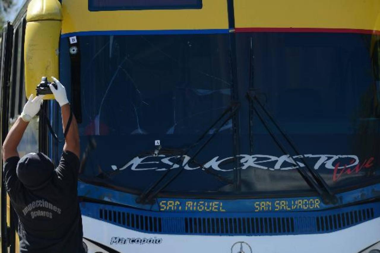 Bessy Guadalupe murió ayer en fuego cruzado entre tres delicuentes y un pasajero de esta unidad que trató de impedir el robo, luego dos sospechosos fueron detenidos. Fotos EDH / Douglas Urquilla