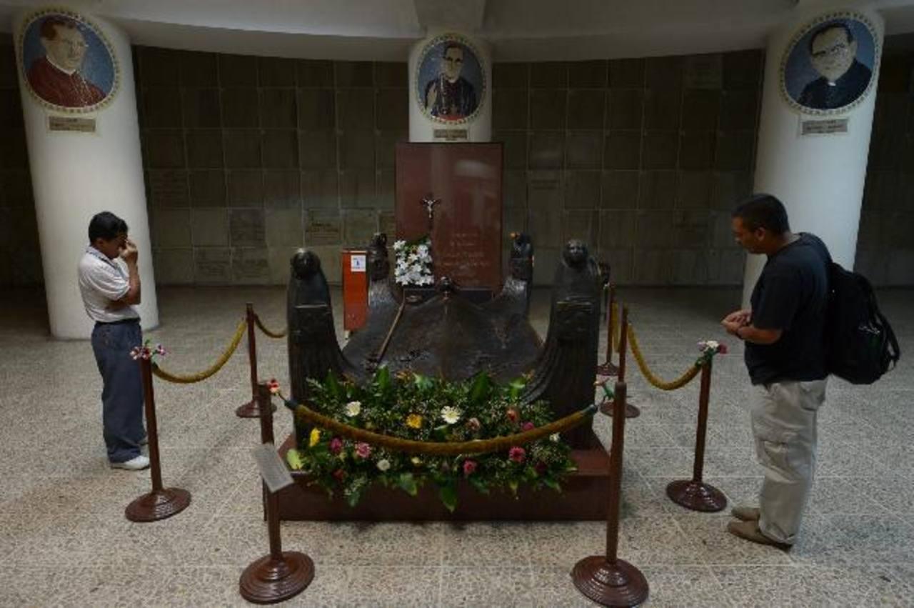Dos feligreses oraban ayer en la cripta de monseñor Romero en la Catedral Metropolitana. Foto EDH /Leonardo GonzálezEmocionado por el anuncio del Papa, el sacristán de la parroquia El Rosario hace sonar las campanas en señal de júbilo por la pronta b