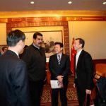 Nicolás Maduro ayer durante una reunión con un grupo de empresarios chinos de diversos sectores en la primera jornada de su viaje a China. foto edh / efe