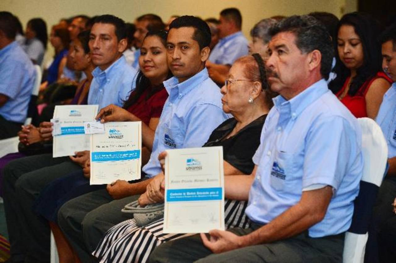 El VMT y la empresa Sipago-Sitramss acreditaron ayer a 23 motoristas para el Sitramss. Foto EDH / René Quintanilla