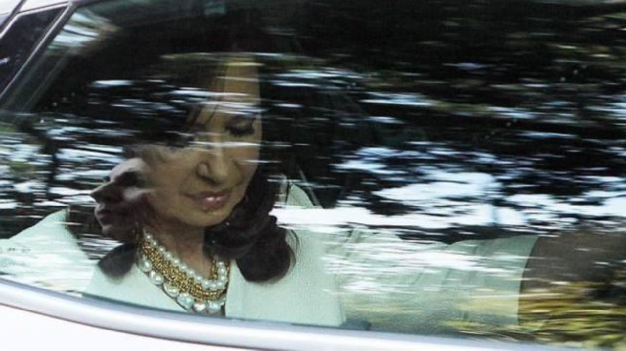 La gobernante argentina Cristina Fernández luciendo uno de los polémicos collares. foto edh / EFE