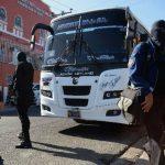 Investigadores inspeccionan el microbús de la Ruta 29, en cuyo interior dos delincuentes acribillaron al agente José Francisco Borjas Pérez, destacado en Soyapango. fotos edh / jaime anaya
