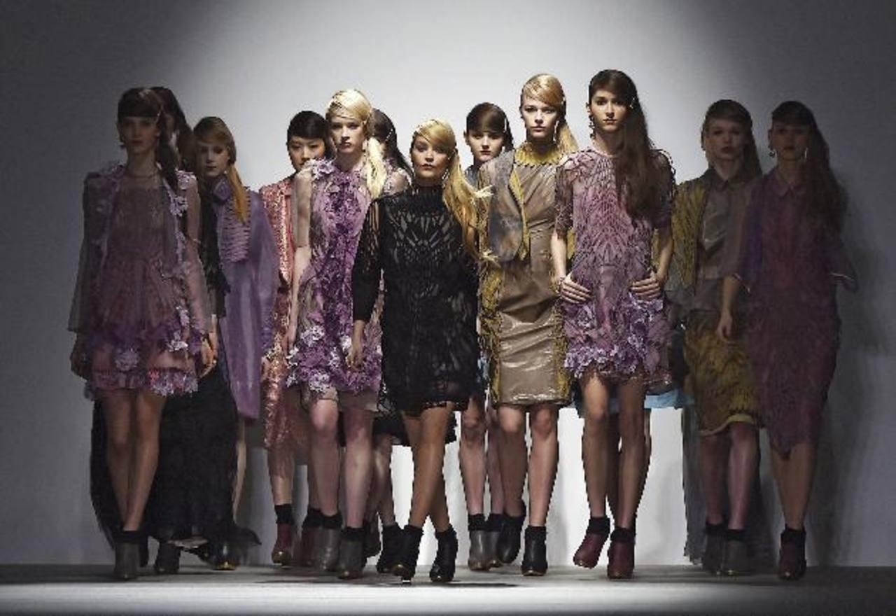 Modelos lucen creaciones del diseñador turco Bora Aksu.Diseño de la firma Jean Pierre Braganza.