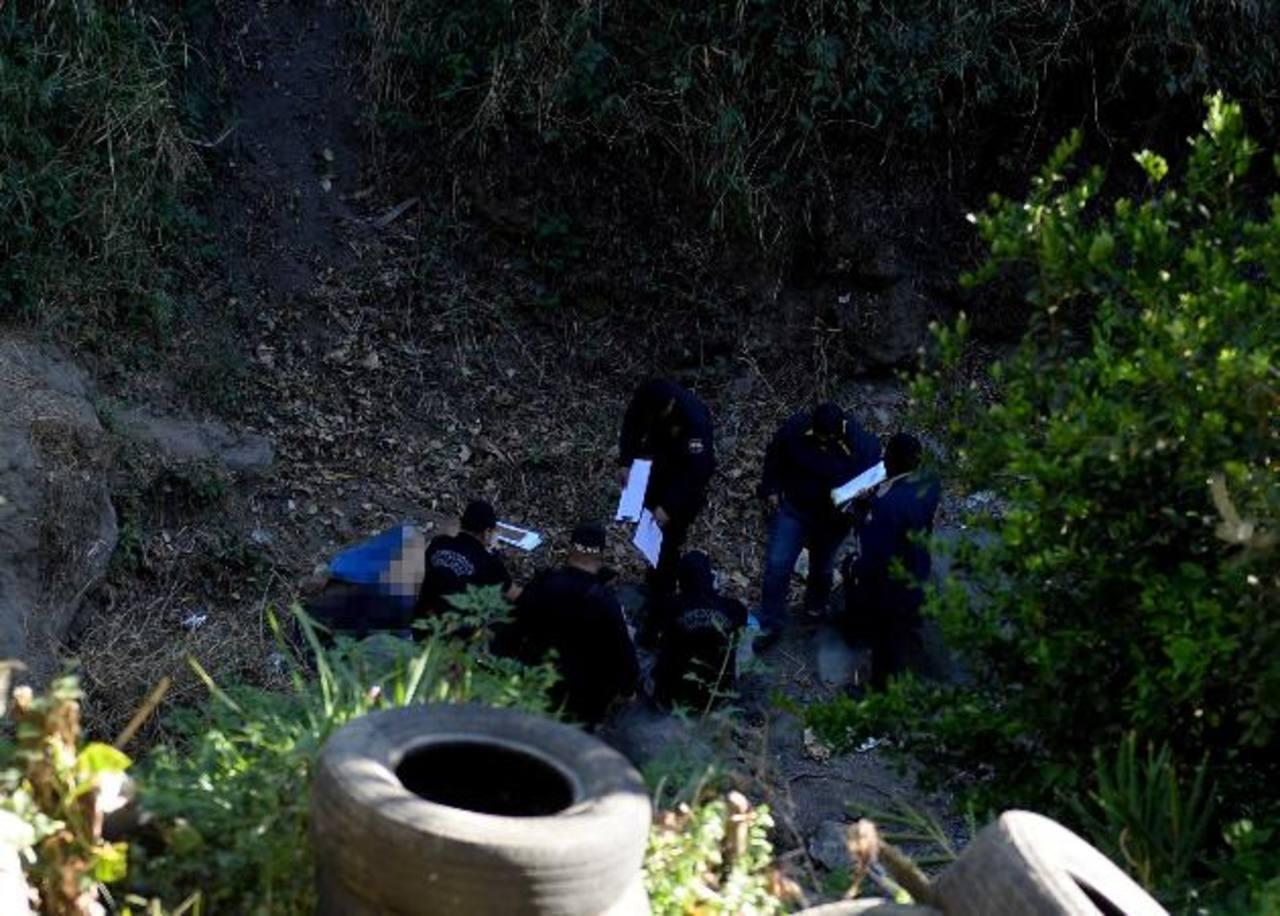 Autoridades procesan la escena donde murió Francisco Beltrán, tras atacar a policías en colonia Escalón. Foto EDH / M. Hernández