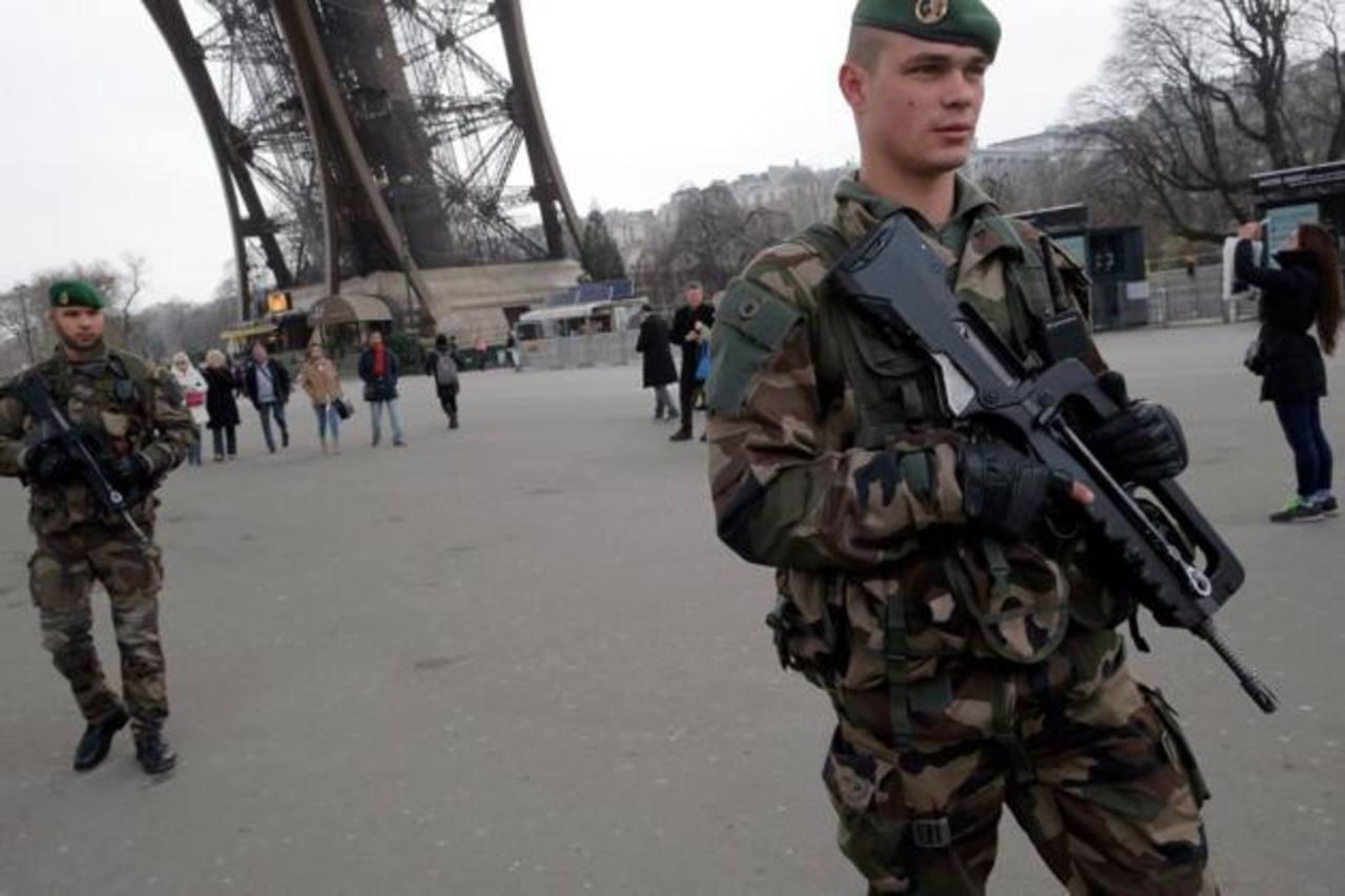 Francia se moviliza para cazar a terroristas que atacaron revista