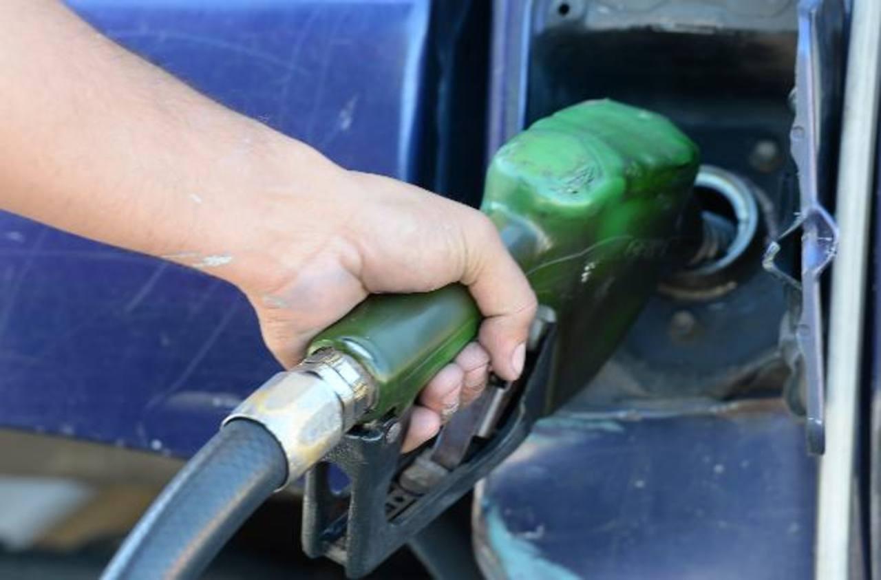 El precio del combustible para este mes tiene incluido el nuevo impuesto aplicado por el Gobierno. foto edh /Archivo