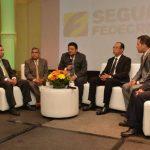 Los representantes de Fedecrédito durante el lanzamiento del servicio de seguros. FOTO EDH/ David Rezzio