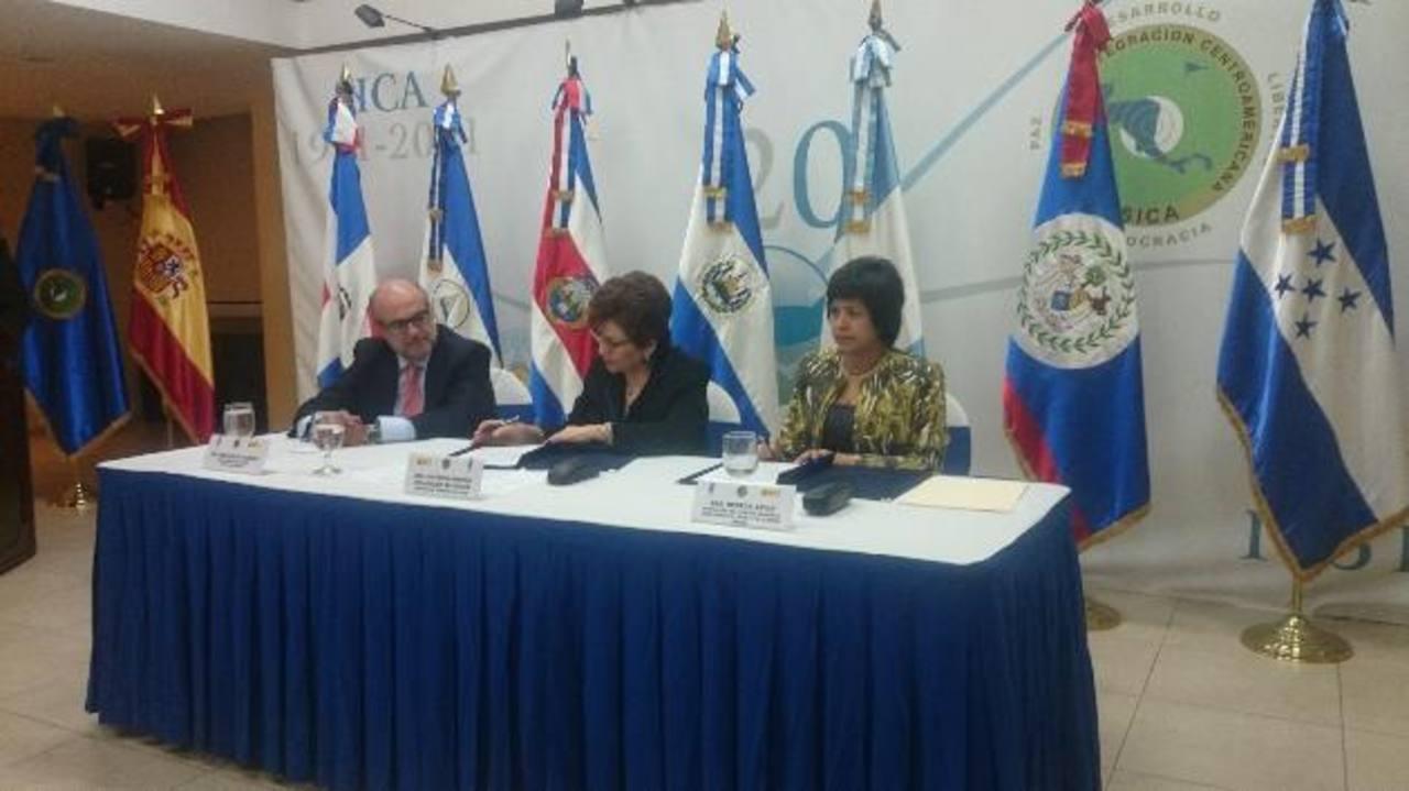 Firman el convenio Victoria Velásquez (Sica), Rebeca Arias (PNUD), y Francisco Rabena (España).