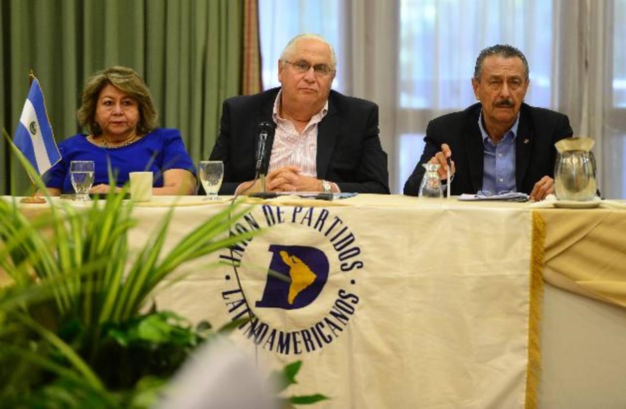 Milagro Navas, Armando Calderón Sol y Óscar Santamaría, durante la sesión de dos días de la UPLA que culminó ayer.