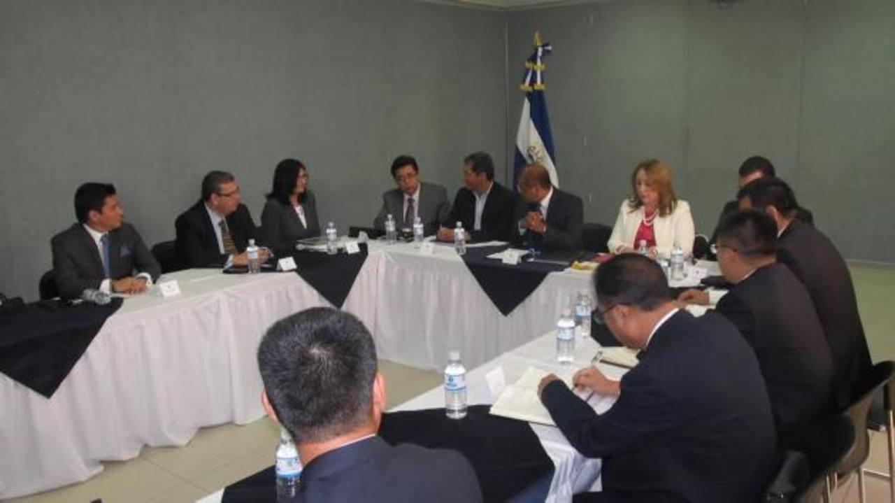Los representantes de la empresa se reunieron ayer con varios funcionarios de Gobierno. Foto EDH / cortesía