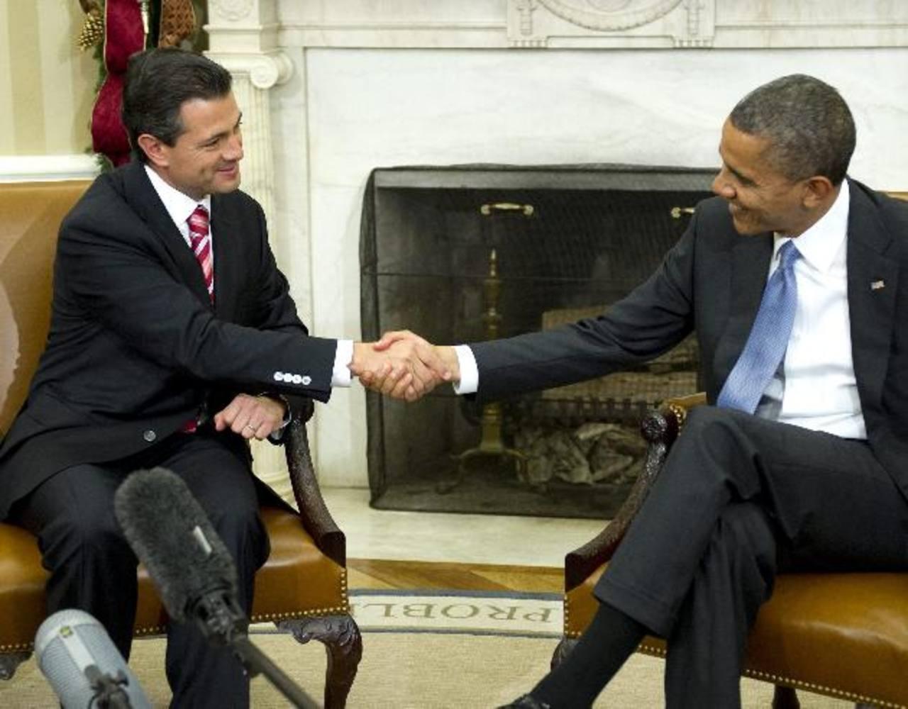 El presidente de EE. UU. Barack Obama estrecha la mano de su homólogo mexicano Enrique Peña Nieto, en noviembre de 2012.
