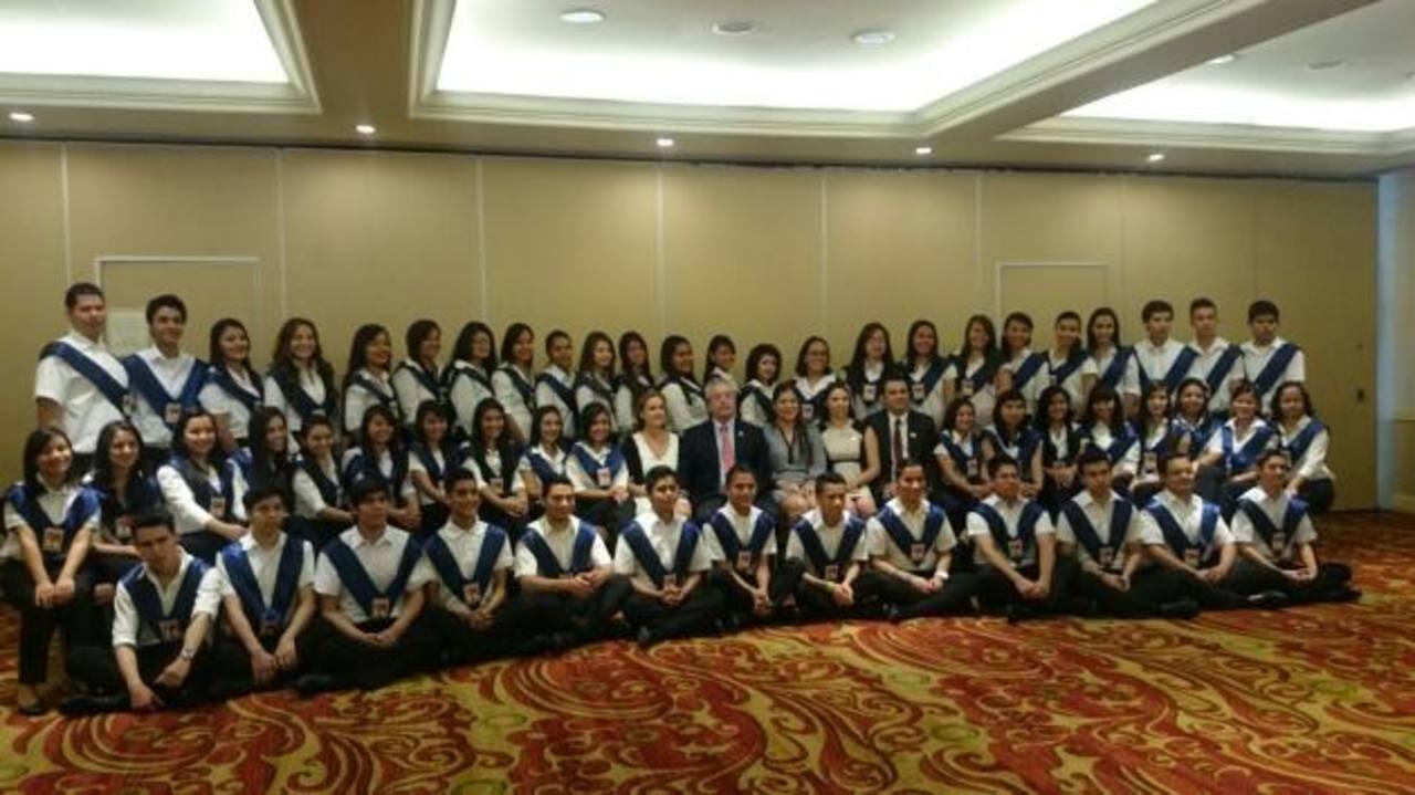 Fundación Gloria de Kriete entrega diplomas a 91 jóvenes