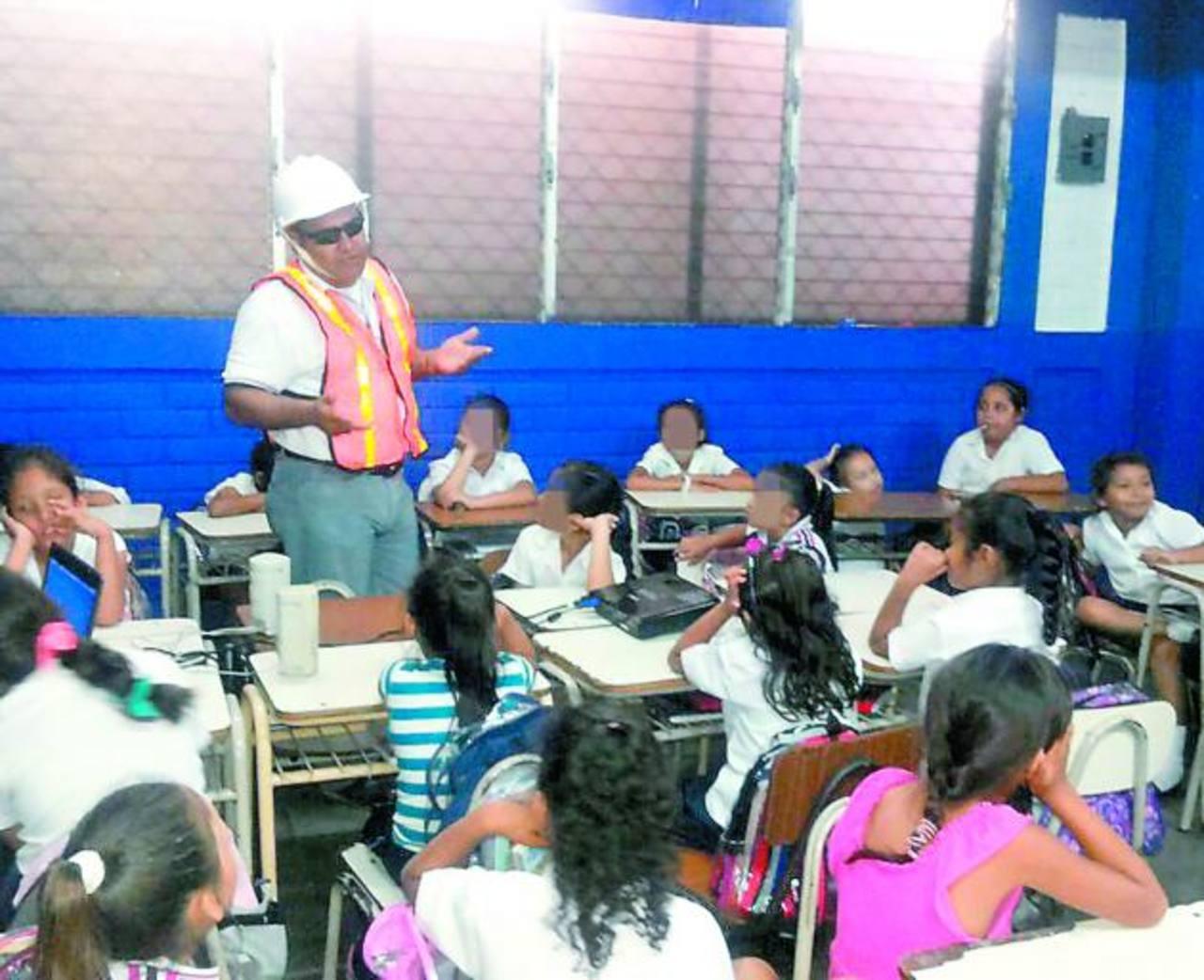 A los niños se les enseña cómo ahorrar la energía eléctrica en sus hogares. —Foto EDH / Insy Mendoza
