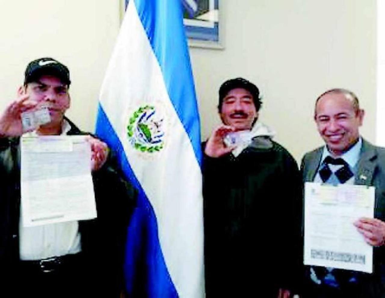 Estos tres compatriotas acudieron al consulado salvadoreño en New Jersey a llenar los formularios de aplicación al TPS.