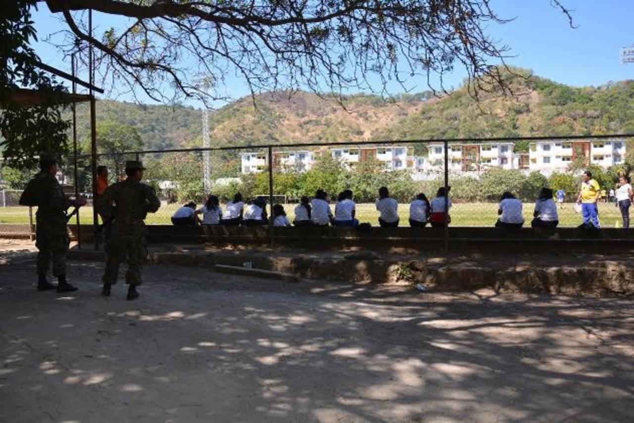 En las instalaciones hay presencia de elementos del Ejército y de la PNC, para brindar seguridad a los usuarios del complejo deportivo. Fotos EDH / Iris Lima