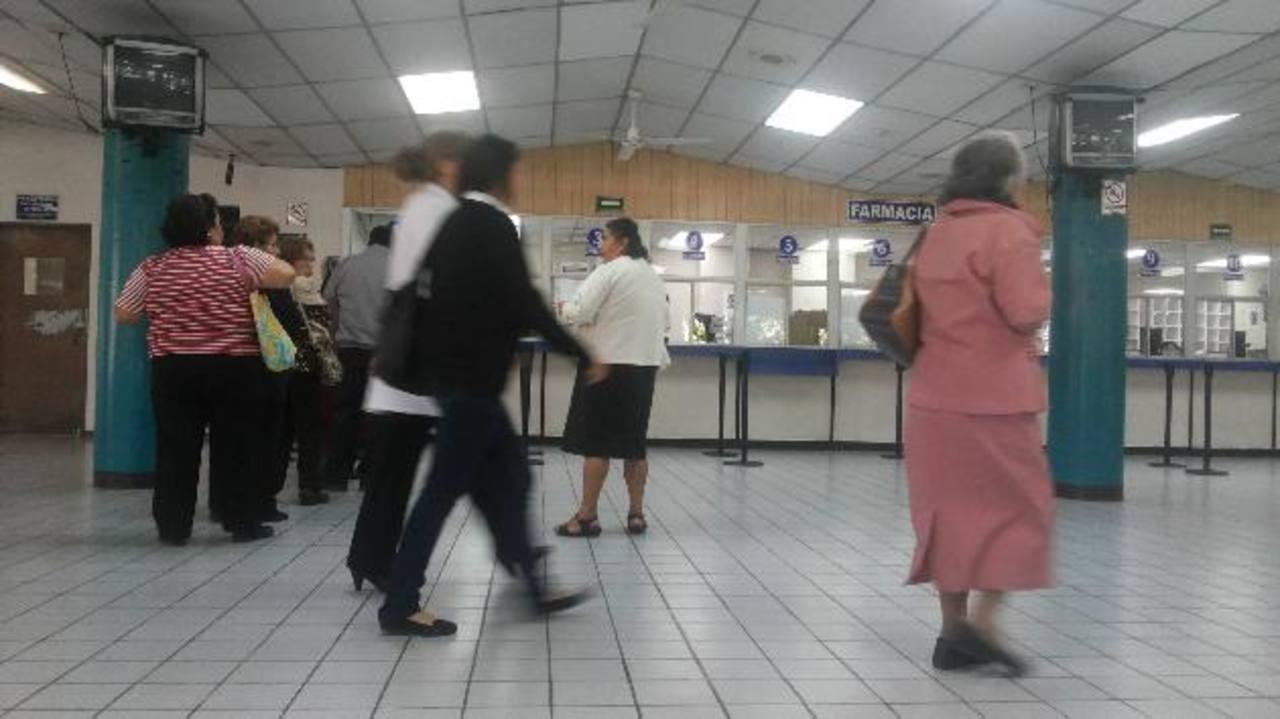 Usuarios del Seguro Social hacen fila en la farmacia de los consultorios de Especialidades, en la capital. foto edh