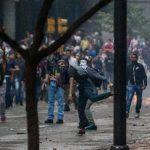 Manifestantes se enfrentan a miembros de la Guardia Nacional Bolivariana (GNB), en Caracas. Foto EDH / efe